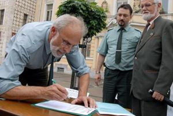 Ján Mičovský (vľavo). V Štátnych lesoch spustil vlani proces, ktorý sa skončil výmenou vedenia podniku.