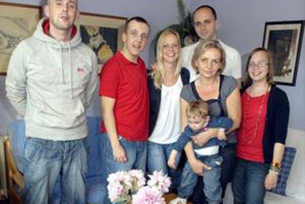 Zľava synovia Viktor a Edko, dcéra Jana s manželom Tomášom,pani Jana s vnukom Robkom (brunom) a dcéra Maruška