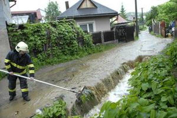 Potok v Ťahanovciach. Vylial sa, ľuďom pomáhali hasiči.