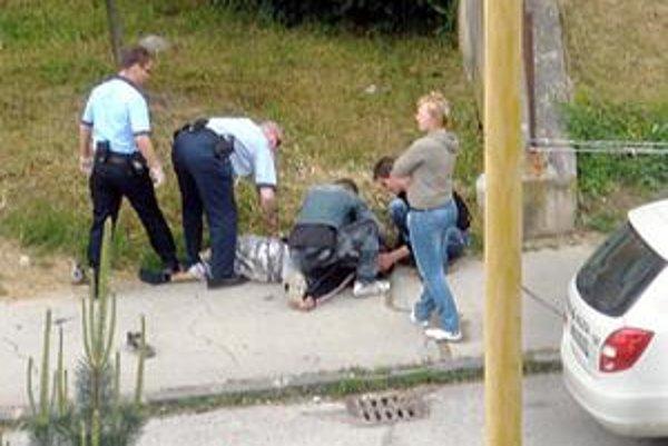 Zachránili mu život. Epileptici nesmú piť alkohol ani brať lieky, ktoré ho obsahujú. Romanovi pomohli mestskí policajti, keď skolaboval na ulici.