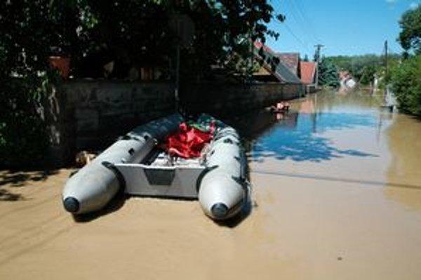 Hasiči zachraňovali ľudí na člne.