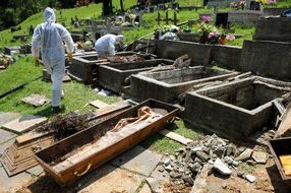Exhumácia hrobov v Malej Lodine.