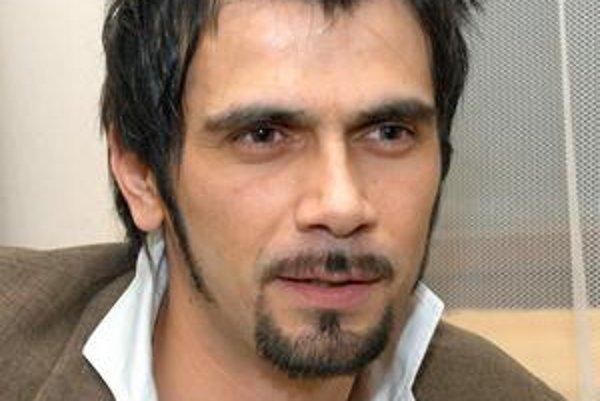 Jordánsky spevák Lobo sa na Slovensku venuje hudbe, škole salsy a svojej jordánsko-slovenskej rodinke.