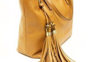 Spoločenskú kabelku zmodernizuje aj oživí napríklad strapcový prívesok.