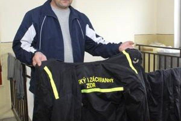 Veliteľ zásahu Jozef Begáni. Ešte včera sušil odev, ktorý premokol pri záchrane rybára.