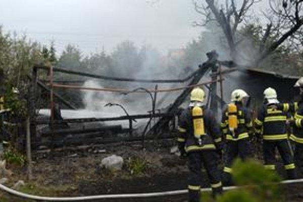 Rušno na Pereši. Susedia sa báli, že od altánku preskočia plamene na ich domy.