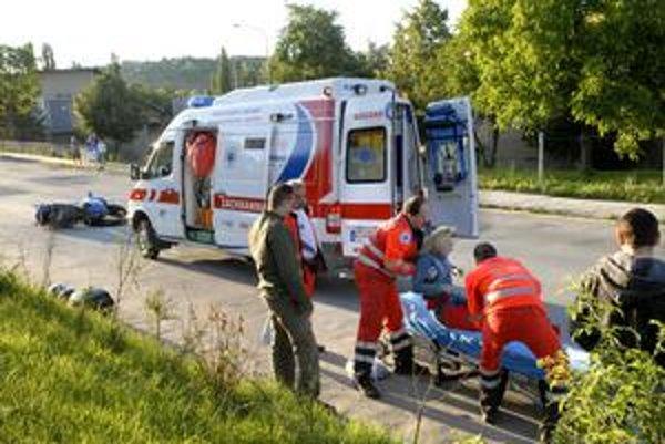 Záchrana. Ženu naložili na nosidlá a previezli do nemocnice.