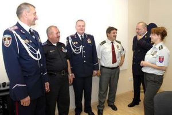 Šéfovia policajných škôl. J. Zlámalovi (na snímke druhý sprava) sa košická policajná škola páči.
