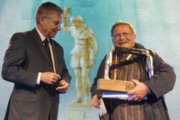 Od francúzskeho veľvyslanca Henryho Cunyho prebral cenu pre nejlepšiu produkčnú spoločnosť.