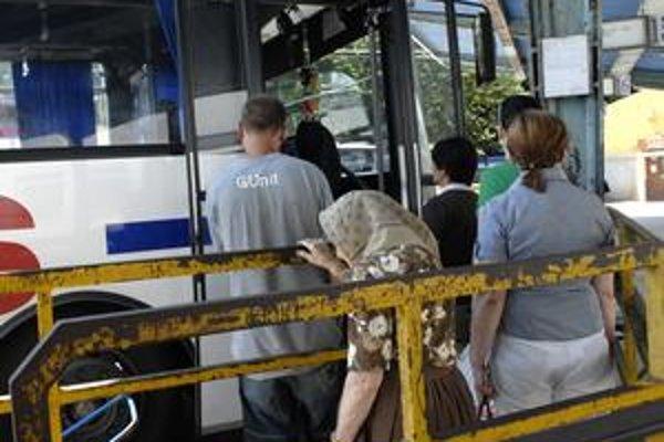 Lacnejšie cestovné. Dôchodcovia nad 70 rokov odvčera cestujú za rovnakú sumu až do vzdialenosti 50 km.