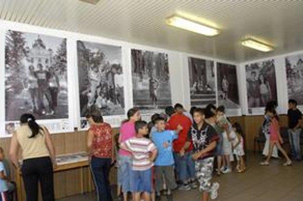 """""""Aven Romale"""" (Poďme, Rómovia). Výstavu sprevádzala úžasná atmosféra. Malí Rómovia z Lunika IX sa tešili, že sa niekto zaujíma o nich, a nie o tienisté stránky sídliska."""