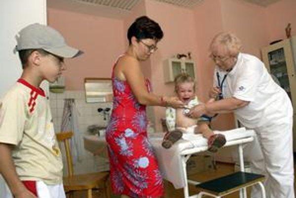 U pediatra. Rodičia si na zdraví svojich ratolestí potrpia. Deťom sa u lekára veľmi nepáči.