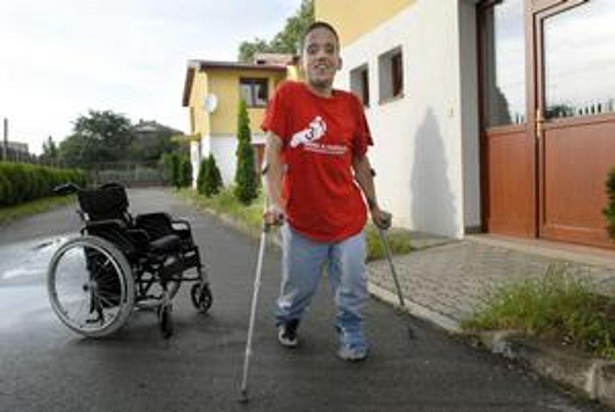 2757ffe8db98f Hoci je na vozíku a nosí plienky, život berie z pozitívnej stránky ...