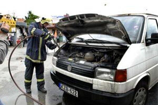 Horela dodávka. Maďarský vodič doplatil na plynový pohon.