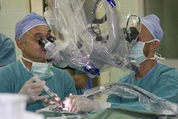 Špeciálna operácia. Operatéri počas nej do vnútorného ucha zavádzajú implantát, ktorý navracia nepočujúcim sluch.