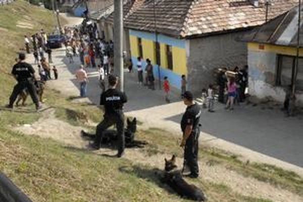 Polícia chatrče neprehľadávala, nemala na to povolenie. Oficiálne zisťovala totožnosť obyvateľov.