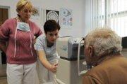 Kontrola lekárov. Či vykázali lekári poisťovniam skutočne výkony môže zistiť najmä samotní pacienti.