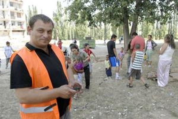 Rómska občianska hliadka. Jej členovia dostávajú minimálnu mzdu. Nevedia, čo bude po auguste.