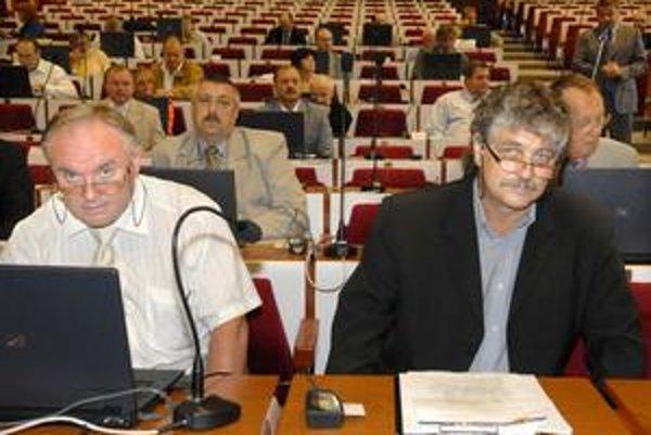Prekvapenie. Poslanec M. Boritáš (vpravo) zrejme ani sám nečakal, že milión eur na EHMK jeho kolegovia len presunú na nasledujúce roky.