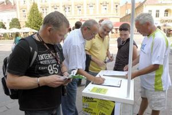 Sulíkovci oslovili Košičanov. Ľudia sa pristavovali najmä zo zvedavosti, väčšina z nich sa podpísala pod vyhlásenie referenda.