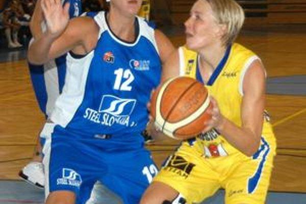 Luisa Michulková (s loptou) bude po ročnej pauze znovu behať po slovenských palubovkách v drese Dobrých anjelov.