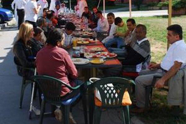 Po mesačnom pôste prišla na rad výdatná arabská hostina.