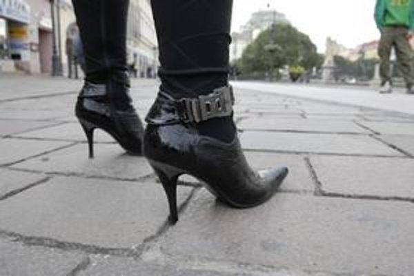 Príjemná prechádzka? Kdeže! Chôdza po dlažbe privádza ženy do zúfalstva. Ihličky dostávajú zabrať.