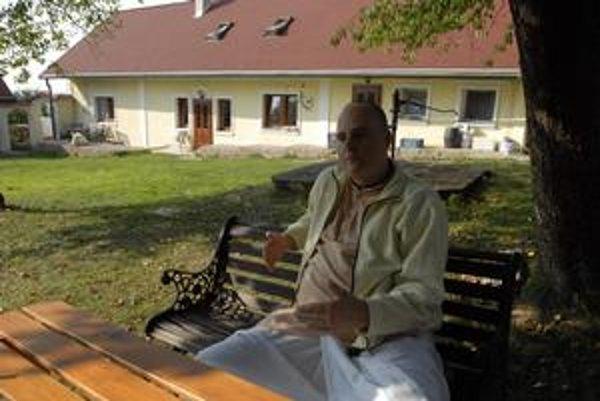 Marek Kušnier a za ním kláštor v Abranovciach.