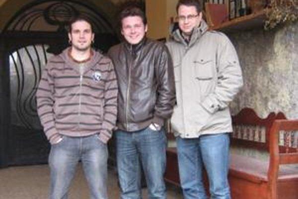 Trio. Uspieť za hranicami Slovenska sa nepodarí len tak hocikomu. David Kollar (v strede) spolu s maďarskými hudobníkmi presvedčili talentom.