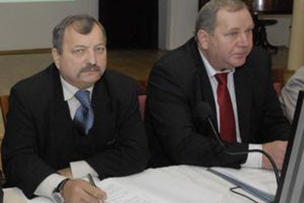 """Trebuľovi námestníci. Až na konci volebného obdobia našli J. Szöllös (vľavo) a E. Ďurovčík """"odvahu"""" sa zviditeľniť."""