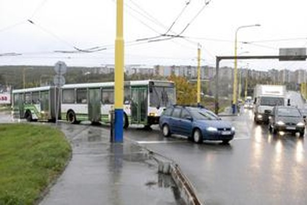 Autobusy MHD. Na Hlinkovu sa z Magnezitárskej dostávajú rýchlo a bez väčších problémov.