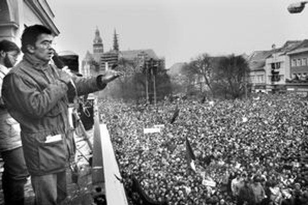 Zamatová revolúcia v Košiciach. Na balkóne Vedeckej knižnice nebohý Peter Rašev, Hlavná praskala vo švíkoch.