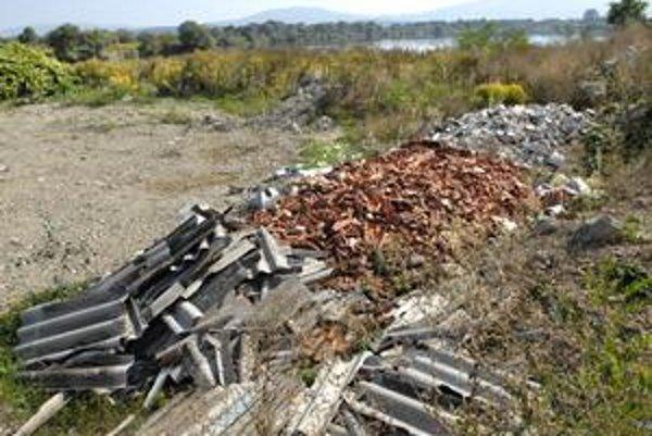 Táto časť štrkoviska sa zasype. Azbest (vľavo dole) už odtiaľ spratali, nebezpečný odpad tam totiž zostať nemôže.