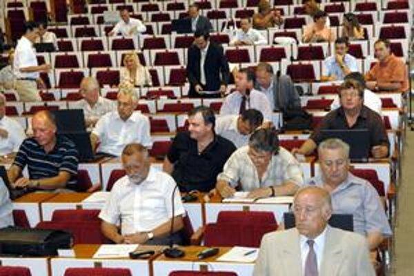 Poslanci sa v laviciach dnes zídu prvýkrát od augusta.