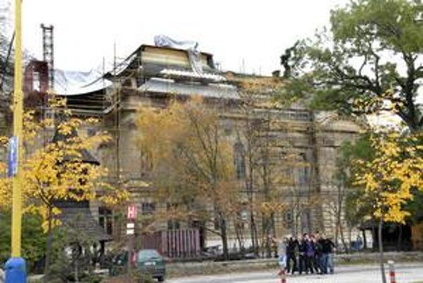 "Múzeum s komínmi. Strechu Východoslovenského múzea ""zdobili"" plechové komíny. Ešteže ich neskôr zakryli..."