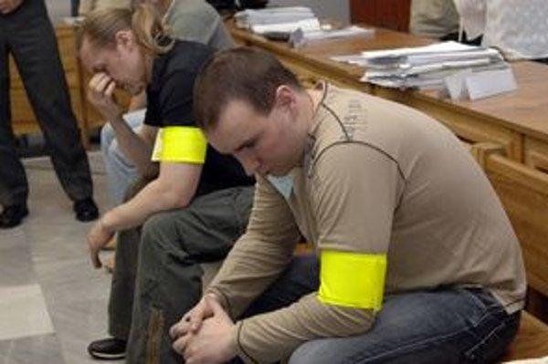 Jozef Leško (v popredí) a Robert Nigut už nie sú obvinení v jednom prípade prípravy úkladnej vraždy.