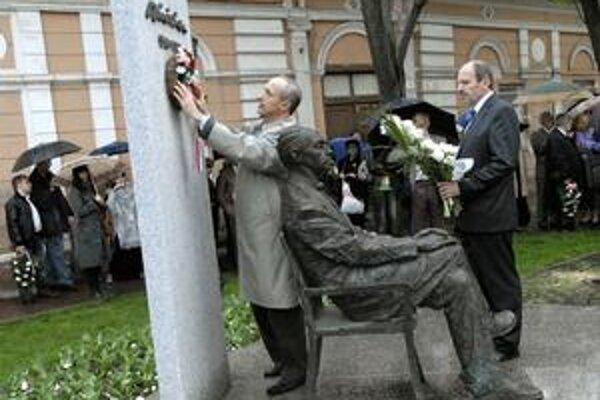 Symbolické kladenie vencov. Zúčastnili sa ho aj generálny konzul Maďarskej republiky János Szerencsés a primátor František Knapík.