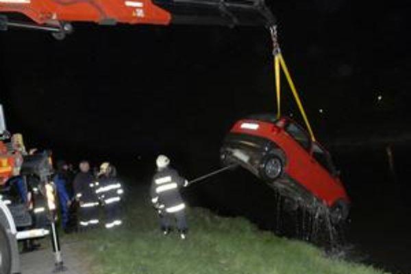 Fiat Punto hasiči vyťahovali z rieky približne hodinu.