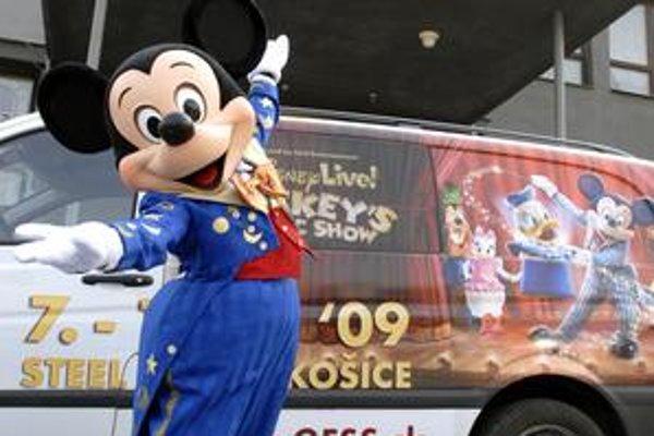 Pred Steel Arénou. Myšiak Mickey pricestoval do Košíc spolu s ostatnými včera.