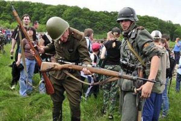 Diváci si po skončení bojov mohli detailne prezrieť bojovú techniku a výstroj vojakov.