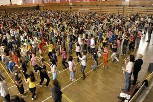 Radosť z tanca. Štvorylku na nečisto si mládež vyskúšala včera v Cassosporte.