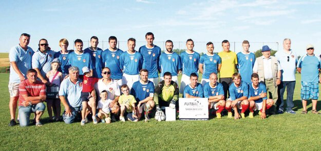 Futbalisti ŠK Báb. Takto pózovali počas Turnaja majstrov po úspešnej sezóne.