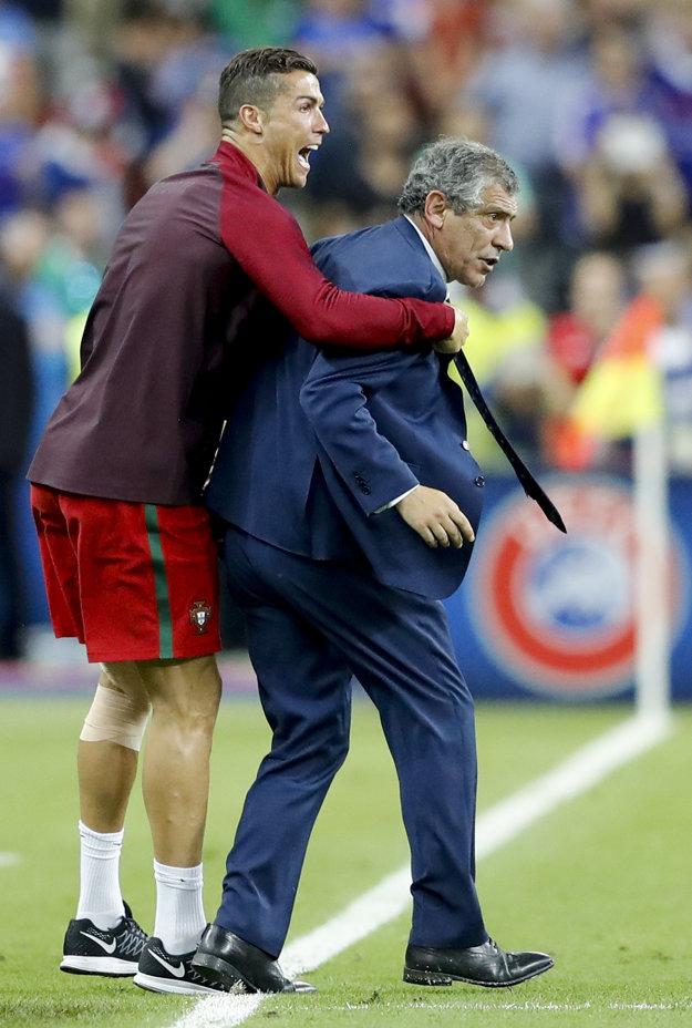 Cristiano Ronaldo od radosti takmer zvalil trénera Fernanda Santosa.