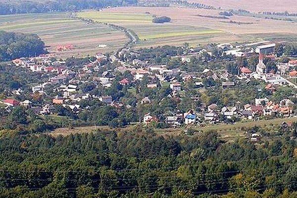 Pohľad na obec Ruská Nová Ves zo zrúcaniny Zbojníckeho zámku.
