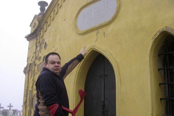 Starí rodičia Jozefa Maťaša pracovali u Bothovcov. Jozef ukazuje na erb, ktorý sa nachádza na rodinnej hrobke Bothovcov na miestnom cintoríne.