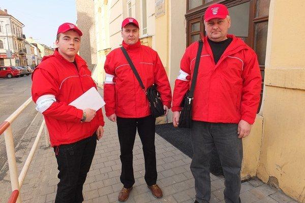 Kuriéri roznášajú Prešovčanom úradnú poštu s doručenkami.