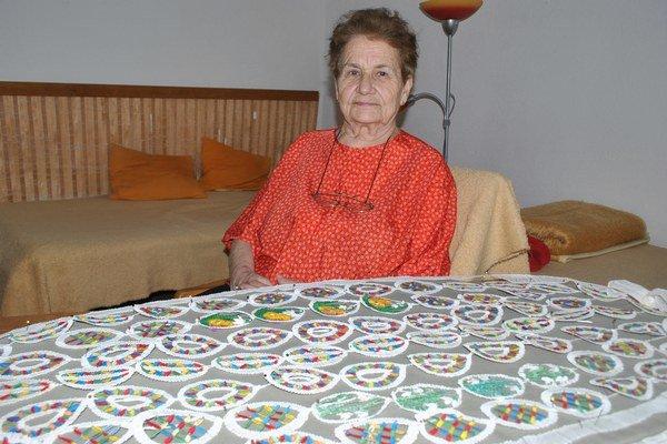 Mária Rijáková. Vo svojich 84 rokoch má stále šikovné prsty.