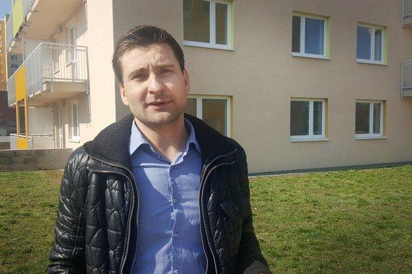 Štefan Kristan. Zástupca nového vlastníka pred bytovkou.