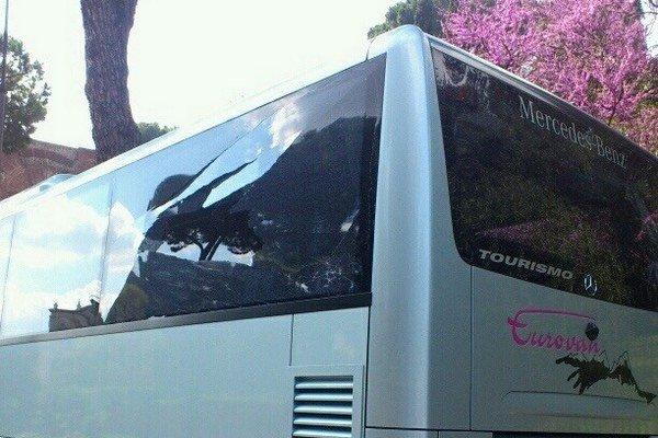 Rozbité sklo na autobuse.
