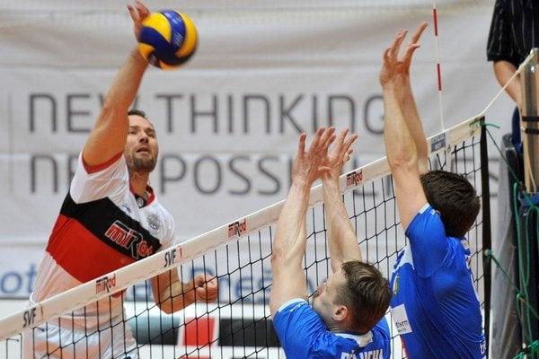 Smečuje líder Prešova Martin Sopko. Obhajca titulu postúpil cez Komárno do finále.